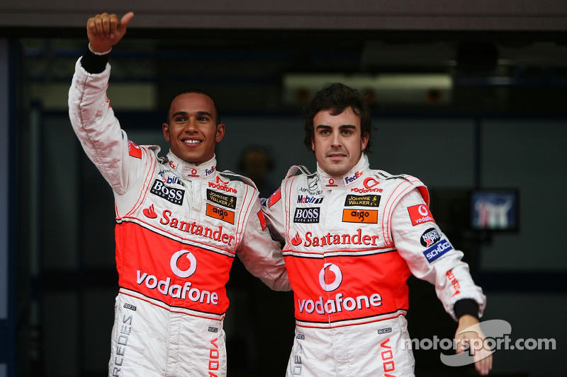 Ganador de la pole Lewis Hamilton, McLaren Mercedes y el segundo puesto Fernando Alonso, McLaren Mer
