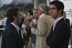 Адриан Кампос, руководитель Campos Team говорит с Лукасом ди Грасси
