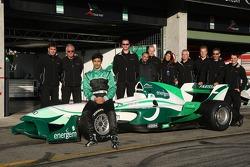Adam Khan, pilote A1 Equipe Pakistan avec son équipe