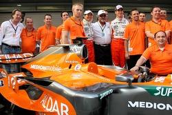 Мишель Мол, Spyker, Майк Гаскойн, главный технический руководитель Spyker F1 Team, Сакон Ямамото, Spyker F1 Team, доктор Виджей Малья, Адриан Сутиль, Spyker F1 Team и Колин Коллес, руководитель команды Spyker F1 Team