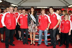 Sébastien Loeb, Daniel Elena, Daniel Sordo, Marc Marti et les membres de l'équipe Citroën Total WRT avec Miss France 2007
