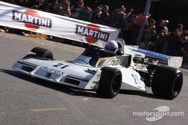 Alan Jones au volant de la Surtees TS 19 lors d'une démonstration en 2007
