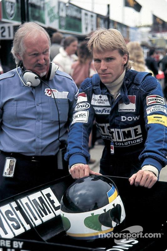 Stefan Johansson con el diseñador de Tyrrell Maurice Philippe
