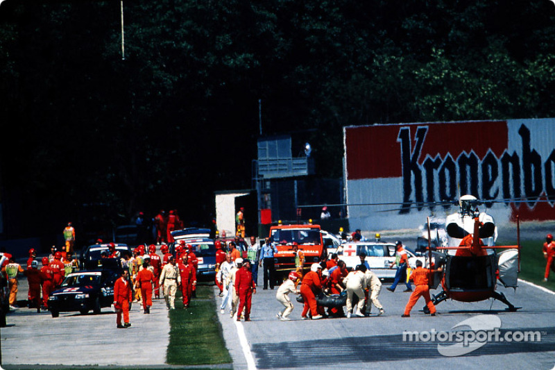 El choque fatal de Ayrton Senna en Tamburello: Ayrton Senna es llevado en helicóptero