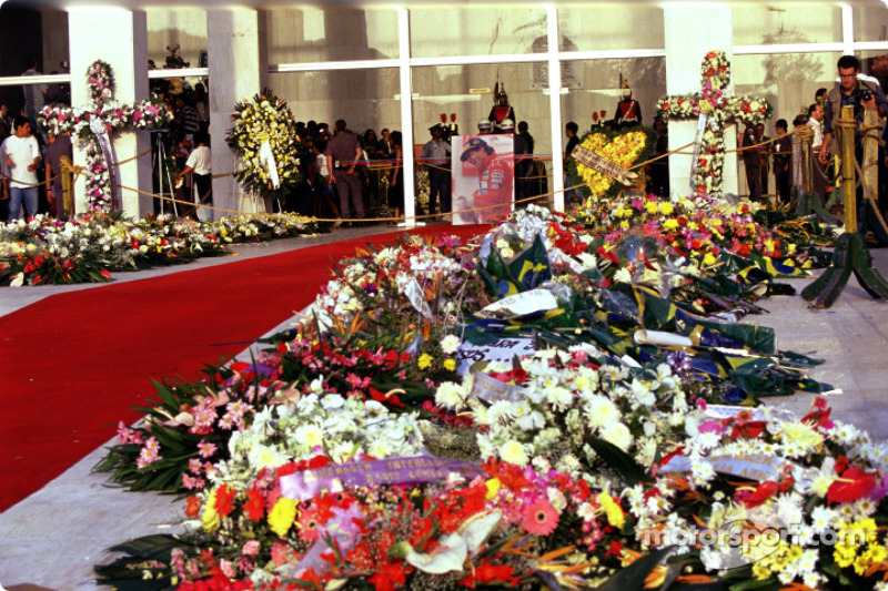 Flowers ve memorials for Ayrton Senna