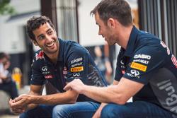 Daniel Ricciardo, Red Bull Racing y Daniil Kvyat, Red Bull Racing se relajan afuera de un santuario local en Tokio antes del Gran Premio