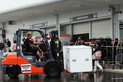 Mecánico Lotus F1 Team con carretilla elevadora en el paddock