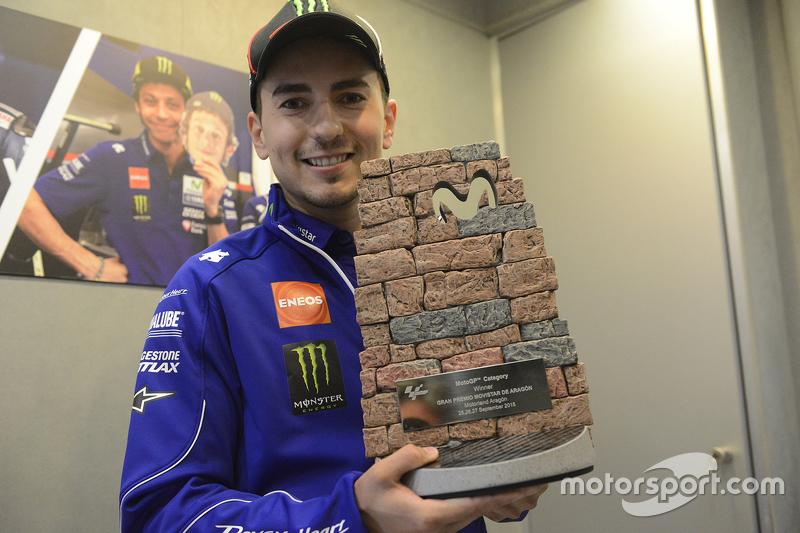 Jorge Lorenzo diseñó el trofeo del GP de Aragón 2015 inspirándose en el muro de piedra del trazado