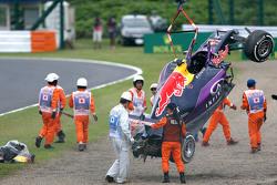 Разбитую машину Red Bull Racing RB11 Даниила Квята эвакуируют после аварии в квалификации