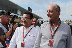 Такахиро Хачиго, генеральный директор Honda и Рон Деннис, McLaren на стартовой решетке