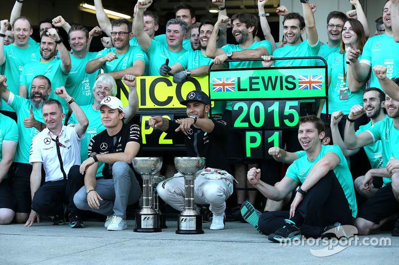 Ganador de la carrera Lewis Hamilton, de Mercedes AMG F1 Team, el segundo lugar Nico Rosberg, de Mercedes AMG F1 Team celebra con el equipo