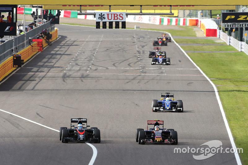 Fernando Alonso, McLaren MP4-30, und Carlos Sainz Jr., Scuderia Toro Rosso STR10, im Zweikampf