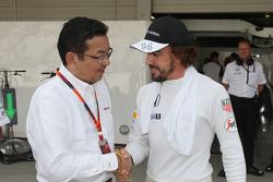 Takahiro Hachigo, CEO de Honda con Fernando Alonso, McLaren