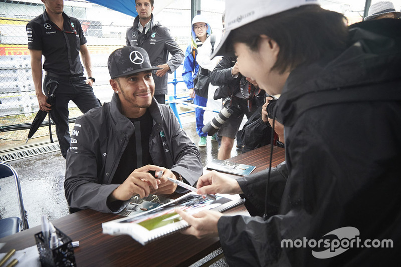 Lewis Hamilton, Mercedes AMG F1 Team signs autograph for the fans