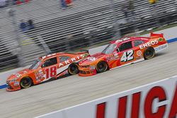 Даніель Суарез, Joe Gibbs Racing Toyota та Кайл Ларсон, HScott Motorsports Chevrolet