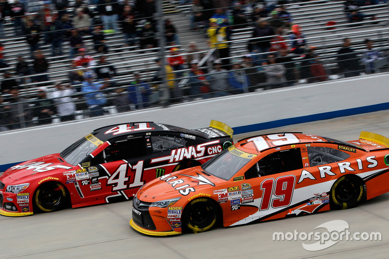 Kurt Busch, Stewart-Haas Racing Chevrolet and Carl Edwards, Joe Gibbs Racing Toyota