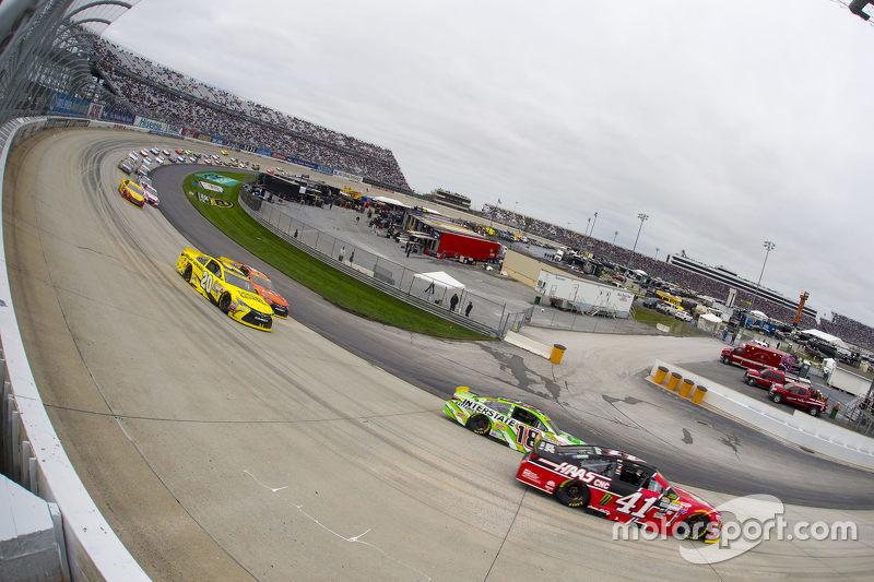 Kurt Busch, Stewart-Haas Racing Chevrolet and Kyle Busch, Joe Gibbs Racing Toyota