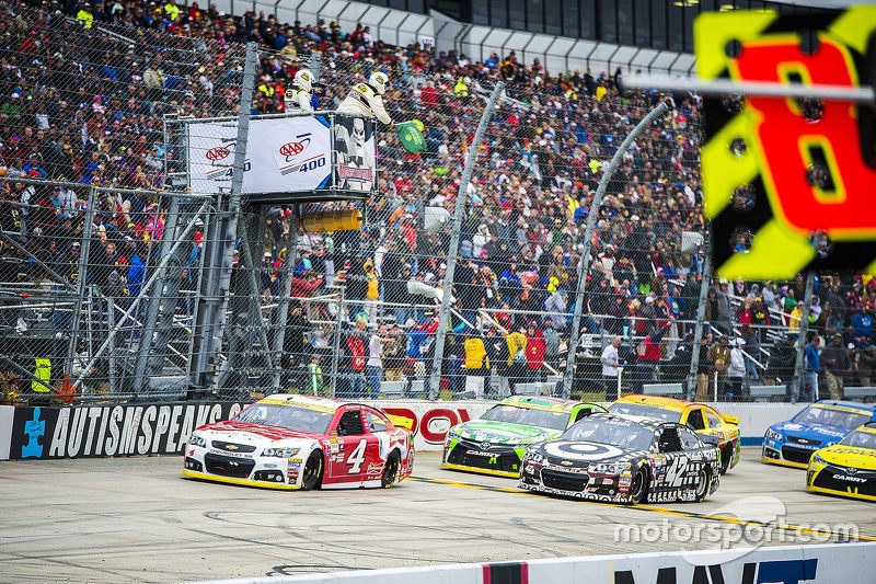 Restart: Kevin Harvick, Stewart-Haas Racing Chevrolet leads the final restart