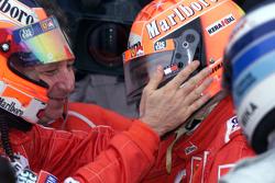 Podium: 1. und Weltmeister 2000: Michael Schumacher, Ferrari, mit Rubens Barrichello