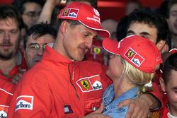 1. und Weltmeister 2000: Michael Schumacher, Ferrari, mit Frau Corinna Schumacher