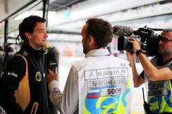 Jolyon Palmer, Lotus F1 Team Piloto de reserva con Frank Montangy, presentador de televisión del Canal