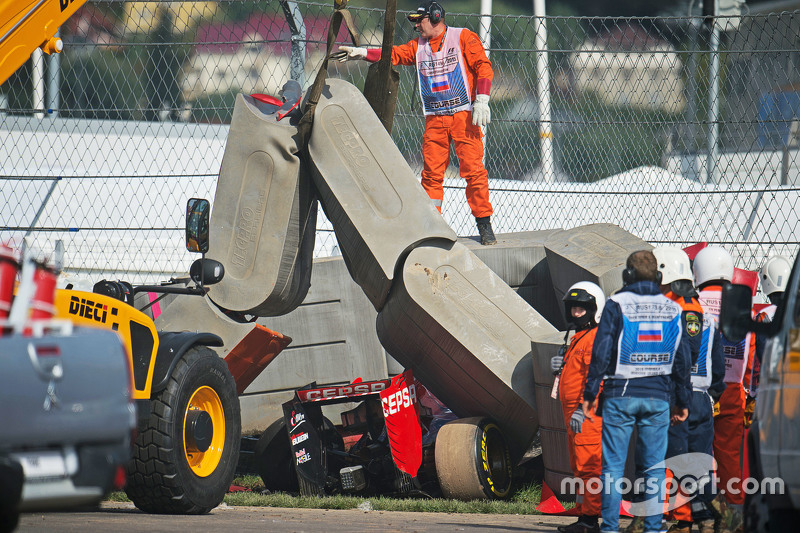 Машина Scuderia Toro Rosso STR10 Карлоса Сайнса мл., рядом с отбойником после аварии во время субботней тренировки