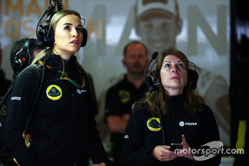 Carmen Jordá, piloto de desarrollo de equipo Lotus F1 con Clarisse Hoffmann, Gerente de comunicaciones de medios de Lotus F1 Team