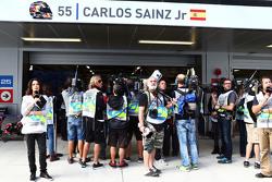Los medios de comunicación se reúnen alrededor del garaje de Carlos Sainz Jr., Scuderia Toro Rosso e