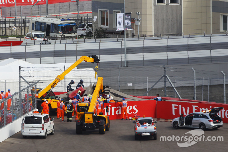 Карлос Сайнс мол., Scuderia Toro Rosso STR10 is extracted from the barriers після того, як він розби