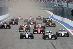 Start: Nico Rosberg, Mercedes AMG F1 vor Teamkollege Lewis Hamilton, Mercedes AMG F1