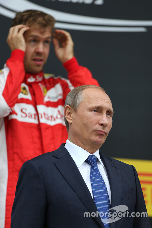 Vladimir Putin, russischer Präsident, mit Sebastian Vettel, Scuderia Ferrari
