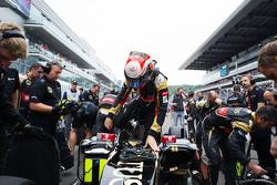 Romain Grosjean, Lotus F1 E23 en la parrilla