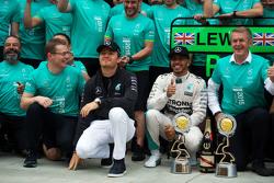 Победитель гонки - Льюис Хэмилтон, Mercedes AMG F1 празднует с Нико Росбергом, Mercedes AMG F1 и ком