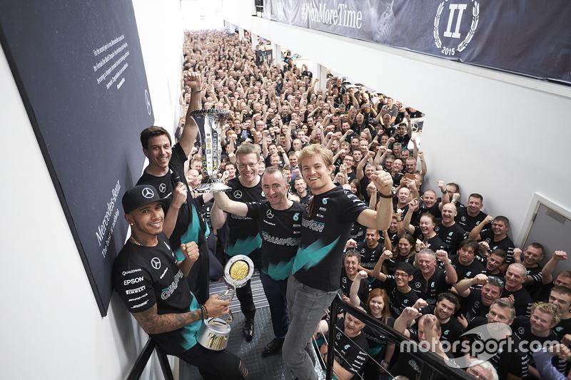 Lewis Hamilton, Nico Rosberg, Toto Wolff en co vieren titel bij de constructeurs