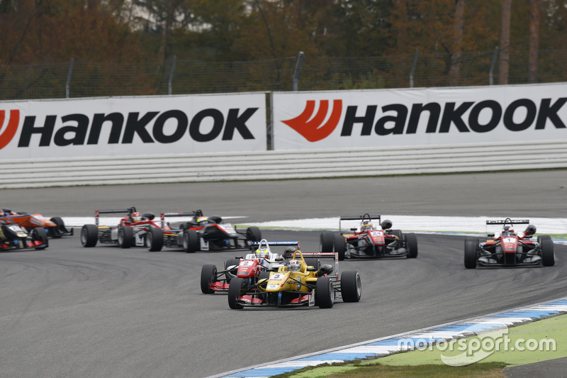 Race 2 Start: Antonio Giovinazzi, Jagonya Ayam with Carlin Dallara Volkswagen leads