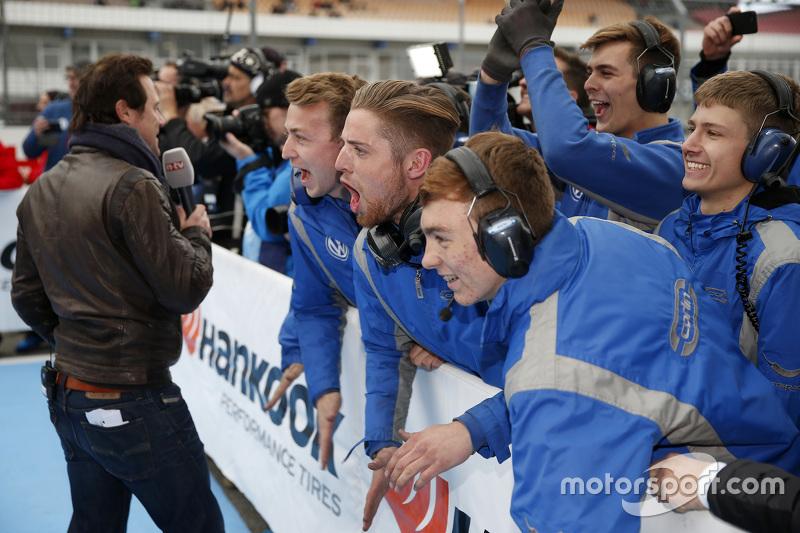 Carlin механіки святкування their Race 2 victory