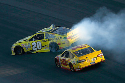 Matt Kenseth, Joe Gibbs Racing Toyota spin na crash met of Joey Logano, Team Penske Ford