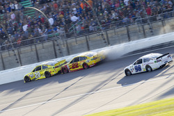 Joey Logano, Team Penske Ford en Matt Kenseth, Joe Gibbs Racing Toyota crash