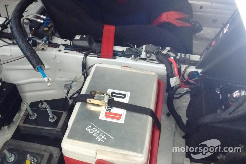 Cooler posicionado dentro do carro da Porsche