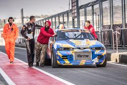 Машину Андрея Кравченко, Nissan Skyline GT-R загоняют в боксы