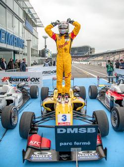 Гонка 2 Переможець Антоніо Джовінаццо, Джагоня Аям з Carlin Dallara Volkswagen