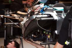 La Mercedes AMG F1 W06 en train d'être assemblée dans les stands