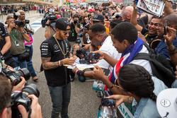 Льюис Хэмилтон, Mercedes AMG F1 раздает автографы фанатам