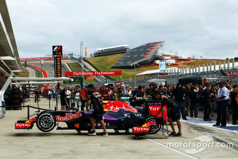 Red Bull Racing RB11 en los  pits
