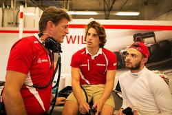 Graeme Lowdon, Manor Marussia F1 Team Jefe ejecutivo con Roberto Merhi, Manor Marussia F1 Team y Will Stevens, Manor Marussia F1 Team