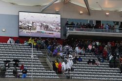 Fans verlaten de tribunes na uitstel kwalificaties