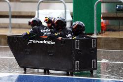 Sahara Force India F1 Team mit Spaß im Regen