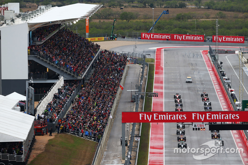 Nico Rosberg, Mercedes AMG F1 W06 en la posición del poste en el inicio de la carrera