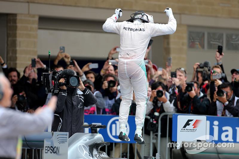 Ganador de la carrera y Campeón del Mundo Lewis Hamilton, Mercedes AMG F1 Team