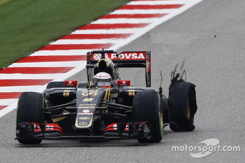 Romain Grosjean, Lotus F1 E23 with a puncture